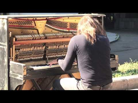 Lahjakasta pianon soittamista kadulla – Kuulostaa hienolta!