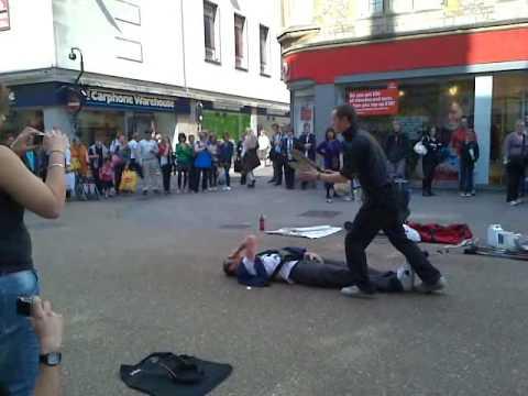 لاعب بالسيوف مع شخص من الشارع