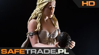 KUP TERAZ / Buy It Now: http://safetrade.pl/Game-of-Thrones-Deanerys-targaryen-figurkaFacebook: http://www.facebook.com/SafeTradeMusic: The Land of the Wizard by Per Kiilstofte[CAF-169] Game Of Thrones™ Deanerys Targaryen Figurka Kolekcjonerska StatuetkaDaenerys Targaryen znana również jako Daenerys Zrodzona z Burzy, Dany, Matka Smoków, Mhysa, Khalesi, Srebrna Królowa, Dziecko Trzech, Córa śmierci, Królowa Smoków - ostatnia członkini starożytnej dynastii Targaryenów i jedna z głównych postaci, z perspektywy których opowiadana jest historia w całej sadze Pieśni Lodu i Ognia. W serialu Gra o tron w jej rolę wcieliła się Emilia Clarke. [CAF-169] Game Of Thrones™ Deanerys Targaryen Figurka Kolekcjonerska Statuetka Niepowtarzalna statuetka kolekcjonerska prosto z serialu Game Of Thrones Koniecznie zobacz naszą prezentację wideo HD tej statuetki! Niesamowita ilość i jakość detali, ok. 20cm wysokości Statuetka przedstawia Daenerys trzymającą smocze jajo W zestawie skrzynia oraz trzy, kolorwe smocze jaja Piękne i niepowtarzalne, ręcznie wykonane malowanie Statuetki znajdują w oryginalnych, kolorowych pudełkach Niepowtarzalny i oryginalny pomysł na prezent dla każdego fana Oficjalny, licencjonowany produkt firmy Dark Horse™ (licencja HBO™) Wysokiej jakości w 100% oryginalny produkt, ilość sztuk mocno ograniczona Unikalny towar w świetnej cenie (niedostępny w polskich sklepach) Artykuł kolekcjonerski (po wyprzedaniu produkt może być już niedostępny) Prosto od producenta, produkt fabrycznie nowy w oryginalnym opakowaniuwww.safetrade.pl,safetrade.pl,safetrade,www_safetrade_pl,www-safetrade-pl,sklep,store,unboxing,game of thrones,Game Of Thrones (Award-Winning Work),game,of,thrones,daenerys,targaryen,figure,dark horse,deluxe,figures,figurki,statuetki,statue,gra o tron,daenerys targaryen,1080p