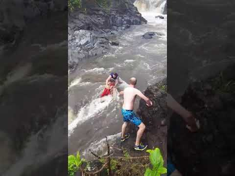 To były dosłownie sekundy! Wypoczywająca para zaskoczona przez rzekę!