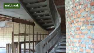 Монолитная лестница с бетонным ограждением