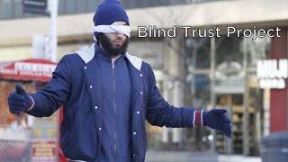 فيديو .. مشهد مؤثر في مبادرة شاب مسلم يعانق المارة في كندا