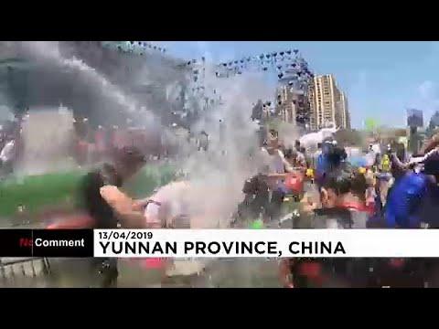 Μπουγελώματα για τον εροτασμό του νέου έτους εθνοτικής ομάδας στην Κίνα …
