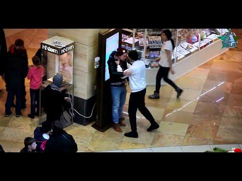 Mädchen wird wegen ihrem Hijab belästigt und angegriffen  | Soziales Experiment