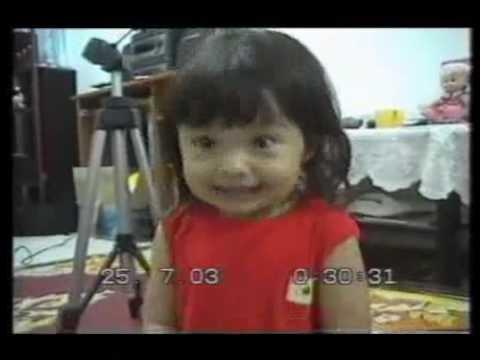 Criança da Indonésia Cantando