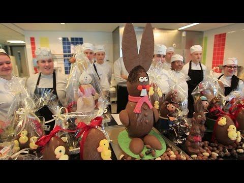 Leerlingen maken zelf chocolade paaseieren en kippen