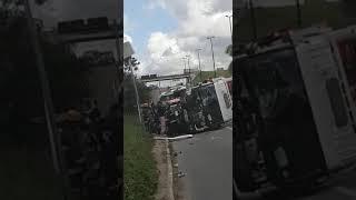 Caminhão bate em 3 carros