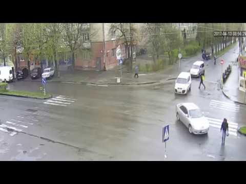 У Рівному на пішохідному переході збили людину [ВІДЕО]