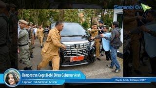 Demonstran Cegat Mobil Dinas Gubernur Aceh