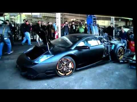 La Policía destruye sin piedad un Lamborghini confiscado