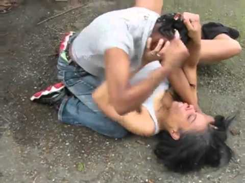 Girls Fight - all over a mannn? http://www.johnshare.com/