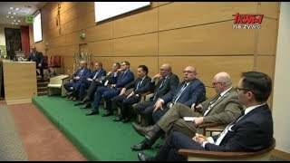 """Wdowa po Szyszce jedzie po PiS podczas wystąpienia na sympozjum """"Oblicza ekologii"""" w Toruniu."""
