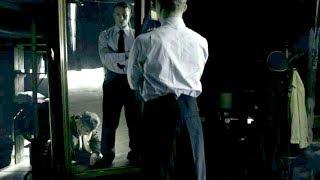 大尉に成りすました脱走兵が見つけた軍服ズボンを直すシーン/映画『ちいさな独裁者』本編映像