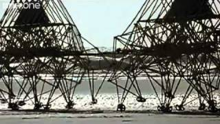 More on this programme: http://www.bbc.co.uk/programmes/b00vt1xp Kinetic sculptor and artist Theo Jansen builds 'strandbeests' from yellow plastic tubing tha...