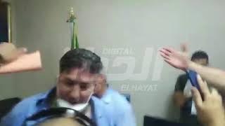 من داخل مكتب بعجي في مقر الأفالان بعد اقتحامه .. قبلات و عناق