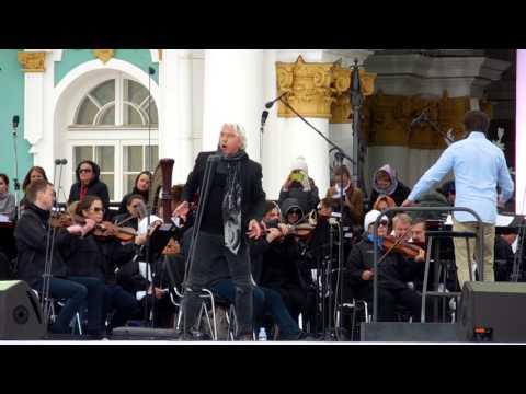 Дмитрий Хворостовский спел на Дворцовой площади Санкт-Петербурга