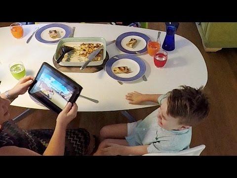 I Figli Usano Il Cellulare A Tavola. Quello Che Fa La Madre E' Geniale