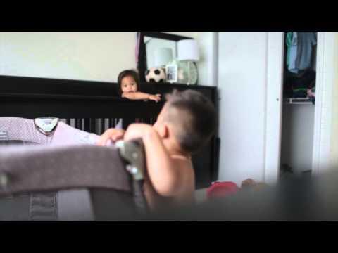 媽媽以為兩個寶寶已經午睡了就離開房間,但是攝影機卻捕捉到他們精神百倍的在做這件事!