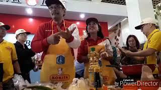 Gubernur DKI Jakarta Djarot Saiful Hidayat beserta Istrinya Happy Farida, saat memasak dalam lomba memasak nasi goreng sehat di Balaikota DKI, Jalan Medan Merdeka Selatan, Jakarta, Sabtu (19/8/2017). KOMPAS.COM/ROBERTUS BELARMINUS