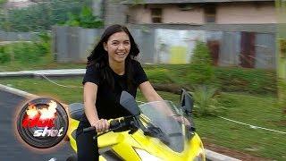 Video Tantangan Peran, Angela Gilsha Belajar Naik Motor Sport - Hot Shot 20 Oktober 2017 MP3, 3GP, MP4, WEBM, AVI, FLV Oktober 2017