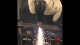 Corte con plasma a cámara lenta de una chapa de acero