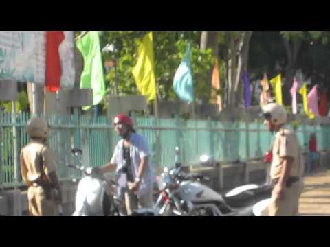Thanh niên múa côn đấu với cảnh sát