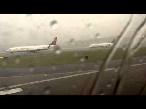 Matkustaja kuvaa lentokentällä riehuvaa myrskyä – yhtäkkiä salama iskee ja osuu suoraan koneeseen