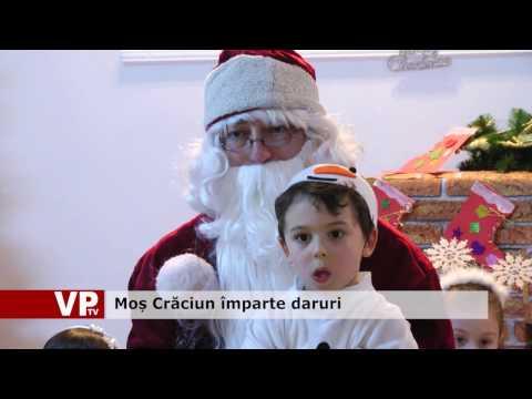 Moș Crăciun împarte daruri