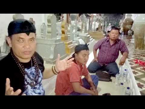 Mengeluarkan Jin PART 2 dari Tubuh Ade  Belitung di Makam Sunan Gunung Jati-By Master Asma Suryani (видео)