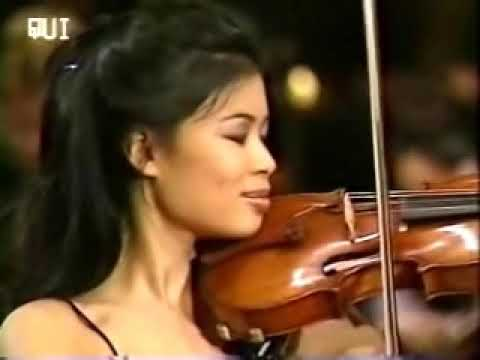 Vanessa - Vanessa-Mae plays a rare version of Toccata & Fugue with her acoustic violin, accompanied by the Bratislava Radio Symphony Orchestra. This was during her Cla...