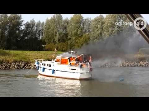 Jacht uitgebrand op IJssel Terwolde