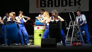 Industrial Drummer: Metallarbeiter mit Flex-Funkenflug-Choreografie