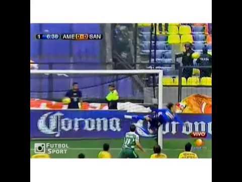 Pha bay người không tưởng của thủ môn Ochoa