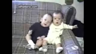 Bebe Con Hipo Y Su Hermano Cagándose De Risa