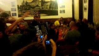 Video A neplánované hraní po koncertě skupiny ZDARR v J. Hrad