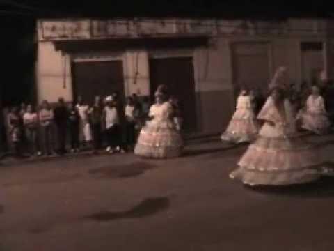 escola de samba de parapua desfilando em salmourao