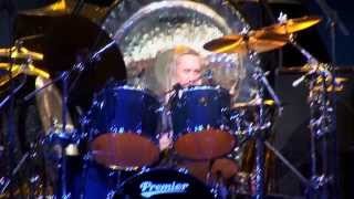 Demonstração do baterista Nicko McBrain acompanhando a música The Trooper ( Iron Maiden ) nas finais do Guitar Center's Drum Off de 2008. Vídeo postado por G...