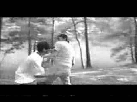 Tekst piosenki The Offspring - Kick Him When He's Down po polsku
