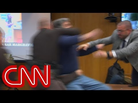Father lunges at Larry Nassar in court (видео)