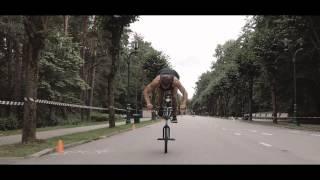 Le rider Davis Dudelis bat le record du monde de nose manual en BMX : 263 mètres !