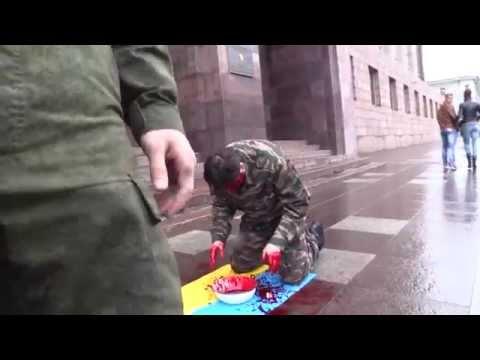 Біля контори ФСБ чоловік вмився кров'ю