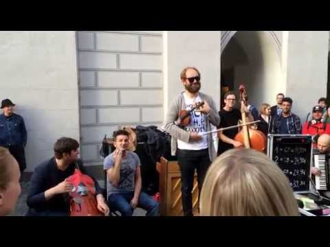 Konnexion Balkon - Somebody That I Used to Know (Live @ Marienplatz)