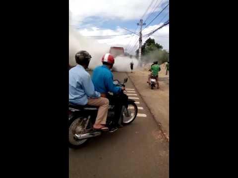 Xe khách bốc cháy dữ dội