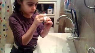 שלום ילדים! היום נלמד איך מצחצחים שיניים – עם מברשת, משחה ואפילו חוט דנטלי