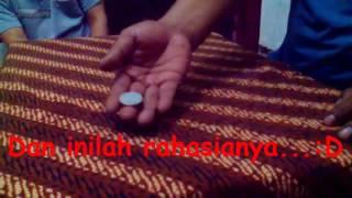 Salah satu trik ilusi memindahkan koin dari dalam genggaman tangan, pemula bisa langsung bisa... :D