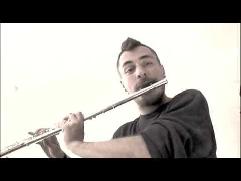 video que muestra a un hombre haciendo beatbox con una flauta