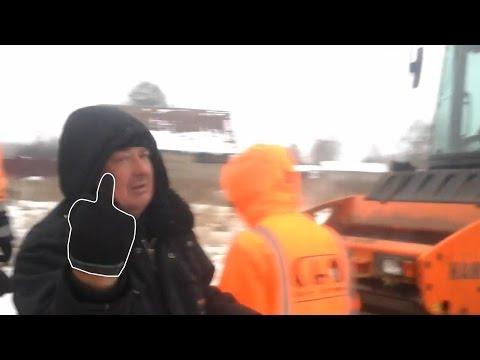 Застигнутые за укладкой асфальта в снег рабочие напали на активиста «Убитых дорог»