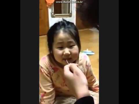 每次要幫女兒拔牙齒她都一直哀哀叫,天才老爸終於想到方法讓她根本就不會注意到牙齒已經被拔掉了!