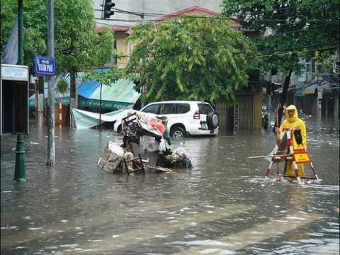 Em bơi thuyền trên phố Hà Nội