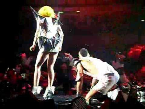 Susto Lady GaGa - fan salta al escenario